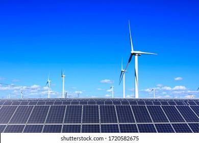 Solare Fotovoltaik-Paneele und Windturbinen. Energiekonzept