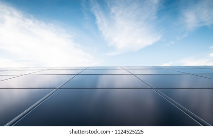 zonne-energie, fotovoltaïsche energiecentrale en blauwe lucht met wolken in de stad.