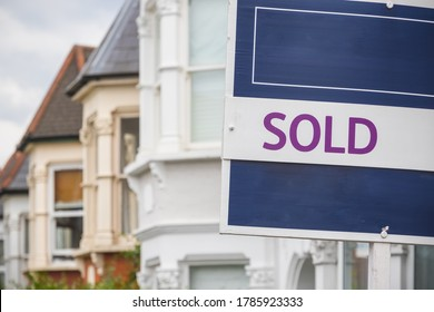 Panneau vendu devant une maison en terrasse à Harringay Ladder, Londres