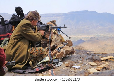 A soldier fighting in the ranks of the legitimacy against the Houthis, in front of the toil in the west of the city of Taiz / Yemen Yemen / Taiz 2017/04/15