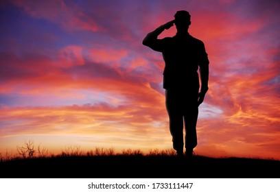 Soldier Ganzkörper Silhouette Begrüßung Geste bei Sonnenuntergang kopieren Raum