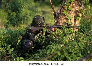 soldier maneuver with machine gun