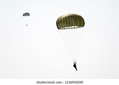 Soldier Parachute To the ground