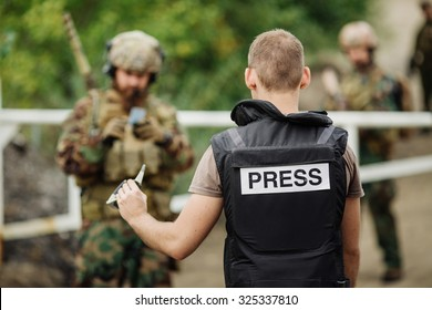 soldiers with weapon captured journalist hostage