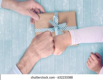 Sohn gibt Papa ein Geschenk. Vatertag.