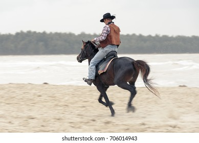 SONGKHLA THAILAND - FEBRUARY 18: Unknown cowboy show on the beach for gallop the horse on February 18, 2017 in Songkhla, Thailand.