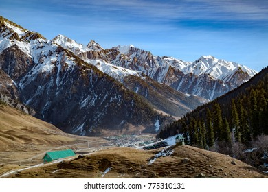 Sonmarg town at the foothills of Himalayan Mountains, Sonmarg, Jammu and Kashmir, India