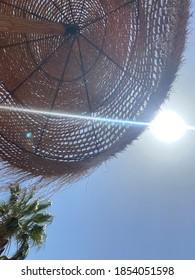 Sonnenschirm und Sonnenstrahl im Urlaub - Urlaub in Spanien - Shutterstock ID 1854051598