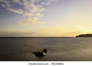 Sonnenuntergang am Bodden auf der Insel Rügen. Deutschland! Steine als im Wasser als Vordergrund!