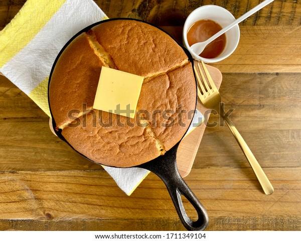 鋳鉄製のフライパンにスフレパンケーキを入れる