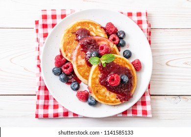 souffle pancake with fresh raspberries and blueberries