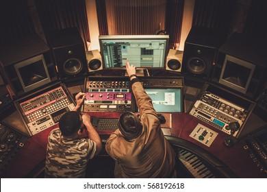 Toningenieur und Musiker nehmen Lied im Boutique-Aufnahmestudio auf.