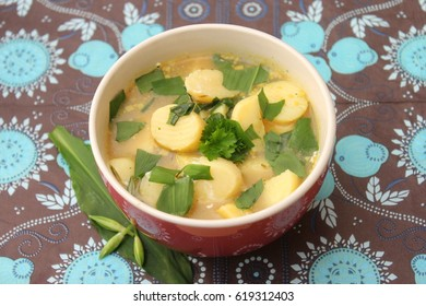 Soup of potatoes and dandelion