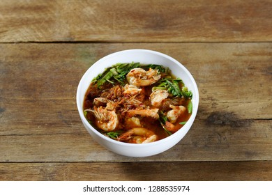 Sour soup with shrimp and water mimosa