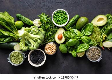 Proteinquelle für Vegetarier. Draufsicht, gesunde Ernährung: Gemüse, Samen, Superfood, Blattgemüse, dunkler Hintergrund