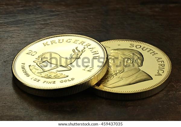 Südafrikanische 1-Unzen-Goldmünzen auf Holzhintergrund