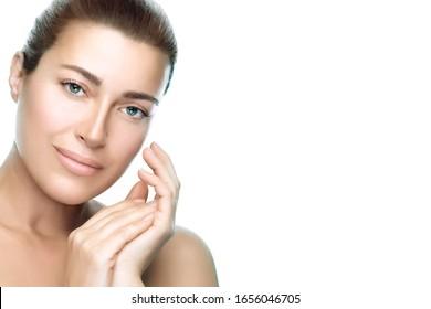 retrato de belleza. Hermosa joven morena con piel limpia y fresca y una expresión radiante sonriendo a la cámara. Bienestar, tratamiento facial, cosmetología, concepto de cuidado de la piel. aislado en blanco