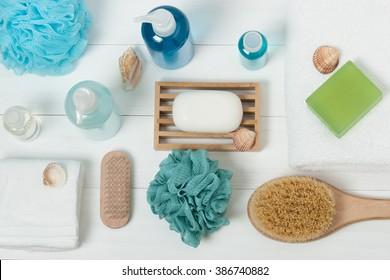 Spa-Kit.Shampoo, Seifenleiste und Liquid. Duschgel. Aromatherapie Salz. Draufsicht.