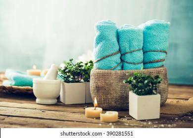 Wellness- und Spa-Bereich mit Blumen und Handtüchern. Naturprodukte von Dayspa