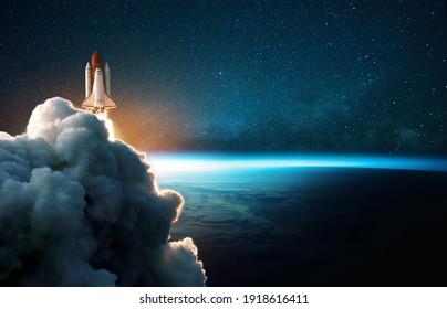 Die Raumrakete hebt sich in den Kosmos mit Rauch und Explosion auf dem Hintergrund der blauen Erde ab. Die Raumsonde fliegt im All mit einem Sternenhimmel in der Nähe des Planeten. Erfolgreicher Beginn der Mission
