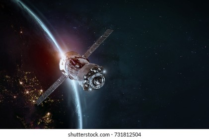 Космическая станция и космический корабль в космическом пространстве. Солнце Земли на заднем плане. Элементы этого изображения, предоставленные НАСА