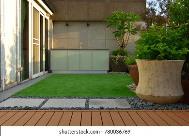 The spacious courtyard has balconies and lawns, which are good for relaxing pictures of holiday vacations.