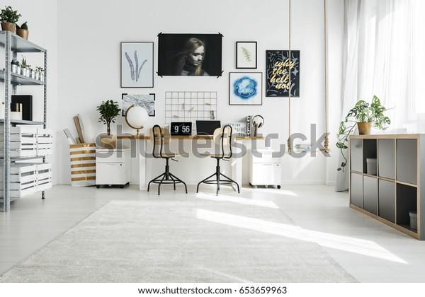 Spazioso home office bianco progettato in stile scandi