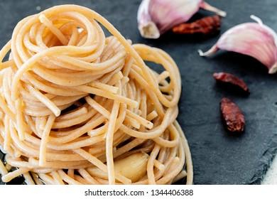 """Spaghetti """"agli, olio e peperoncino"""" from above."""