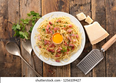spaghetti with egg, bacon and cheese