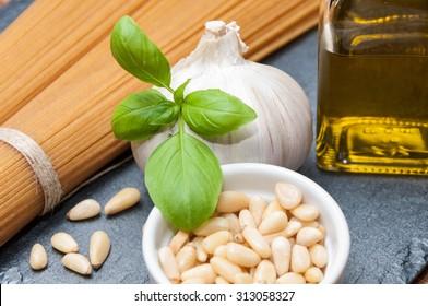 Spaghetti, oil, garlic and pine nuts