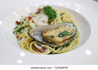 spaghetti , seafood spaghetti dish