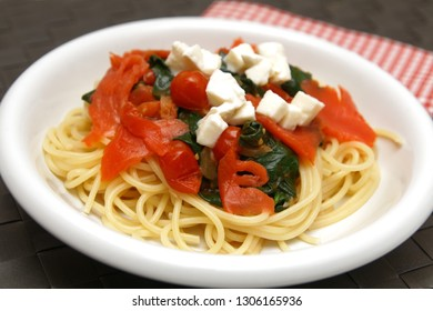 Spaghetti with smoked salmon and spinach