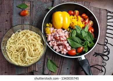 Spaghetti with tomatoes, bacon, basil, bell pepper and dried chili.