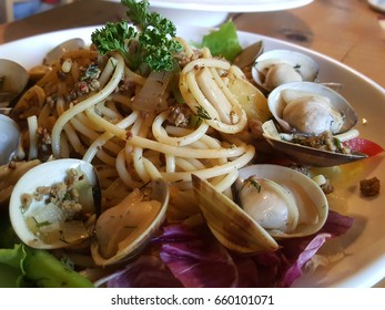 Spaghetti with white wine and clams