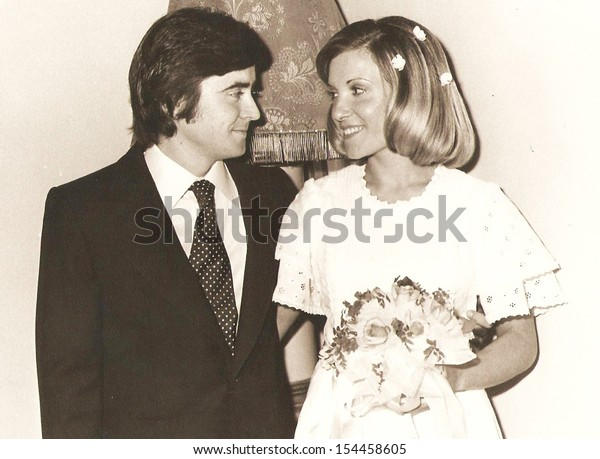 Spanje, CIRCA - Bruidegom en bruid, officiële foto's - circa 1975