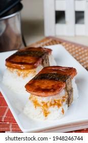 Spam musubi ist ein beliebtes Snack und Mittagessen in Japan, das aus Spam auf Reis mit dicken oder dünnen Nori verpackt