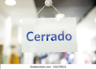Spanish closed sign hanging in a retail store