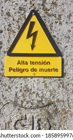 Spanish poster with the text in Spanish: high voltage danger sign in Spanish