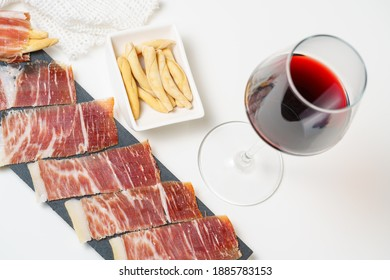tapas españolas, lomo ibérico, salchichas. Jamón ibérico de maíz y vino tinto