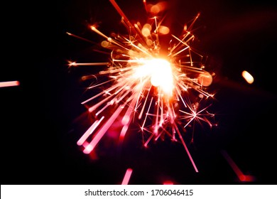 Sparkler ist eine Art handgehaltenes Feuerwerk, das bei der Ausgabe farbiger Flammen, Funken und anderer Effekte langsam brennt
