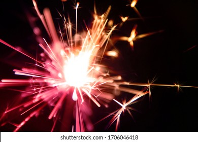 スパークラー(Sparkler)は、火花や火花などの効果を発しながらゆっくり燃える手持ちの花火の一種