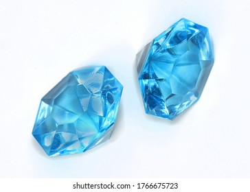 Diamantes de piedras preciosas azules en fondo blanco