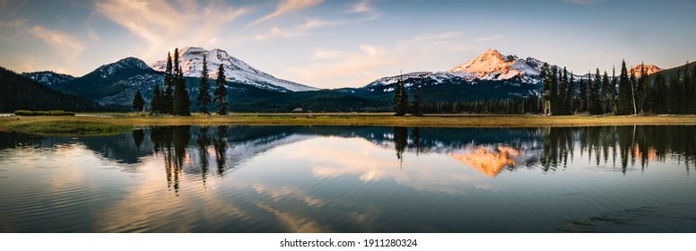 Sparks Lake in Deschutes National Forest. Alpenglow on Broken top and South Sister Peaks in the Cascade range of central Oregon