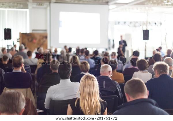 Sprecher Vortrag bei Business Meeting. Publikum im Konferenzsaal. Unternehmen und Unternehmertum.