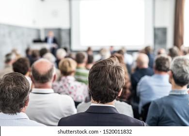 Conférencier lors d'un événement d'affaires dans la salle de conférence. Le public dans la salle de conférence. Concept d'entreprise et d'entrepreneuriat. Concentrez-vous sur les personnes méconnaissables dans le public.