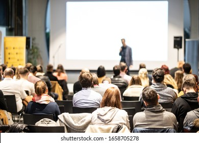 Redner, der bei einer geschäftlichen Veranstaltung im Konferenzsaal spricht. Publikum im Konferenzsaal. Konzept der Unternehmen und des Unternehmertums. Konzentrieren Sie sich auf nicht erkennbare Menschen im Publikum.