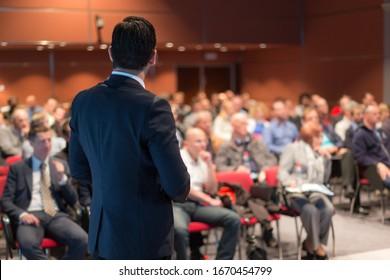 Conférencier pour une conférence sur les entreprises. Personnes méconnaissables dans le public à la salle de conférence. Événement Business and Entrepreneurship.