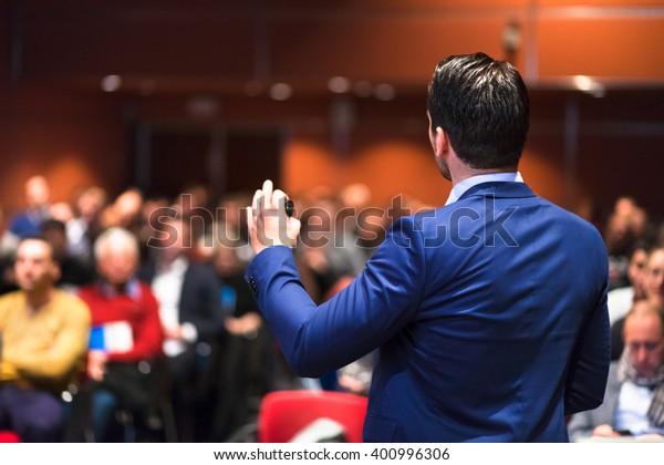 Palestrante dando uma palestra sobre Business Conference corporativa. Audiência na sala de conferências. Evento de negócios e empreendedorismo.