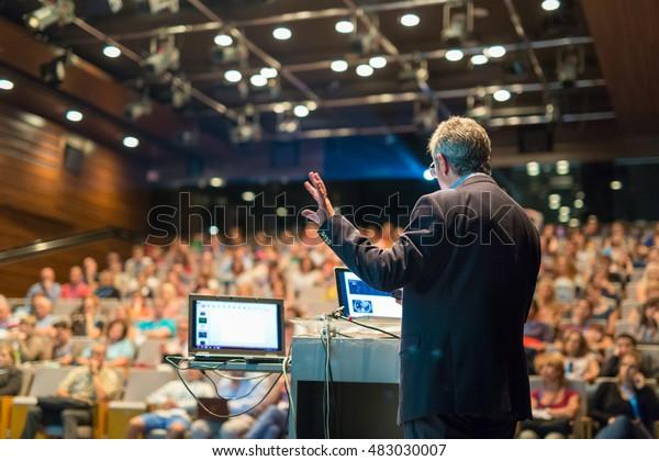 Intervenant qui donne une conférence sur la conférence des entreprises. Le public dans la salle de conférence. Événement Business and Entrepreneurship.