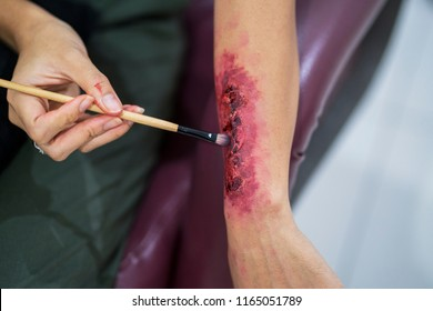 Special effects makeup: make a fake bloody wound on hand